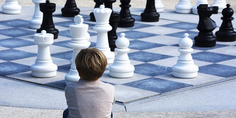 enfant apprendre les échecs 3